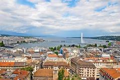 Opinião da arquitetura da cidade e linha costeira de lago Genebra, Suíça imagens de stock