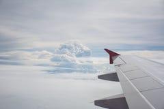 Opinião da asa com céu azul e nuvem Imagens de Stock Royalty Free