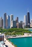 Opinião da baixa da rua de Chicago no verão fotos de stock
