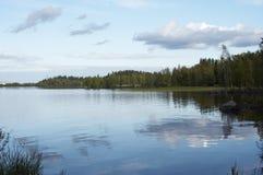 Opinião da beira do lago Imagens de Stock Royalty Free