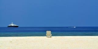 Opinião da beleza da sala de estar do chaise na praia Imagem de Stock Royalty Free