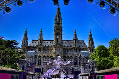 Opinião da bola da vida na estátua na frente da câmara municipal em Viena, Austr Foto de Stock Royalty Free