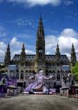 Opinião da bola da vida na estátua na frente da câmara municipal em Viena, Austr Fotos de Stock