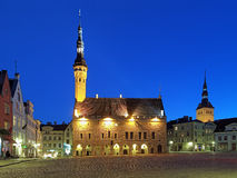 Opinião da câmara municipal de Tallinn, Estônia da noite Imagem de Stock Royalty Free