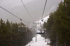 Opinião da cadeira do cabo, queda de neve do inverno, cenário da montanha, paisagem Fotografia de Stock