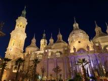 Opinião da Catedral-basílica de nossa senhora da coluna, Zaragoza da noite foto de stock