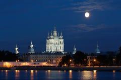 Opinião da catedral de Smolny nas noites brancas Imagens de Stock Royalty Free