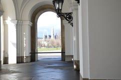 Opinião da cidade através do arco fotografia de stock royalty free