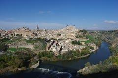 Opinião da cidade através do Tagus River a Toledo fotografia de stock