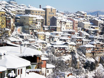 Opinião da cidade com telhados da neve foto de stock