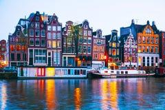 Opinião da cidade da noite de Amsterdão, os Países Baixos foto de stock royalty free