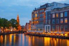 Opinião da cidade da noite do canal de Amsterdão, e da ponte Imagens de Stock Royalty Free
