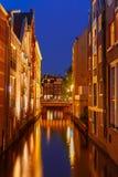 Opinião da cidade da noite do canal e da ponte de Amsterdão Imagem de Stock