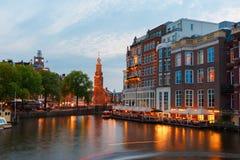 Opinião da cidade da noite do canal e da ponte de Amsterdão Foto de Stock