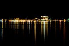 Opinião da cidade da noite no lago Como Bellagio foto de stock royalty free