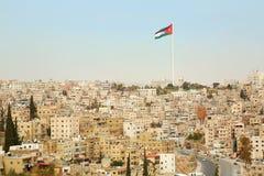 Opinião da cidade de Amman com a bandeira grande de Jordânia Imagens de Stock Royalty Free