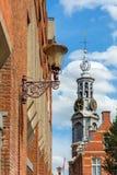 Opinião da cidade de Amsterdão na torre Munttoren Fotografia de Stock