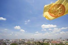 Opinião da cidade de Banguecoque, bandeira amarela Imagem de Stock Royalty Free