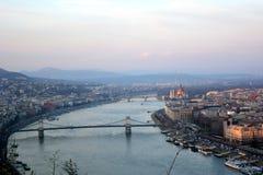 Opinião da cidade de Budapest Ponte em Danube River fotos de stock