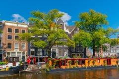 Opinião da cidade de canais de Amsterdão e de casas típicas, Holanda, Nethe Imagens de Stock