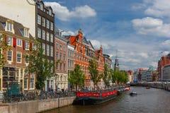 Opinião da cidade de canais de Amsterdão e de casas típicas, Holanda, Nethe Fotografia de Stock