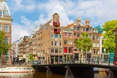Opinião da cidade de canais de Amsterdão e de casas típicas, Holanda, Nethe Imagens de Stock Royalty Free