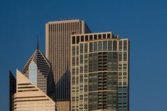 Opinião da cidade de Chicago - incluindo a torre do AON fotografia de stock royalty free