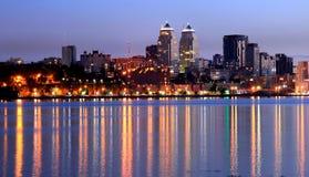 A opinião da cidade de Dnepr na noite, luzes refletiu no rio Dnieper, Ucrânia Fotografia de Stock Royalty Free