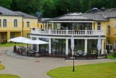 Opinião da cidade de Druskininkai: natureza e casa imagem de stock royalty free
