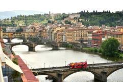 Opinião da cidade de Florença com pontes e o rio famosos, Itália Fotografia de Stock Royalty Free