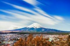Opinião da cidade de Fujikawa com fundo de Monte Fuji, japão Imagem de Stock