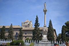 A opinião da cidade de Granada com Alhambra, a Andaluzia, Espanha, vila branca, povoado indígeno blanco e arquitetura espanhola foto de stock