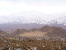 Opinião da cidade de Leh com montanha da neve, Ladahk, Kashmir, Índia foto de stock royalty free