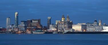 Opinião da cidade de Liverpool no crepúsculo Fotografia de Stock Royalty Free
