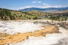 Opinião da cidade de Mammoth Hot Springs do terraço da mola da paleta do travertino Parque de Yellowstone, EUA Foto de Stock