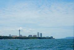 Opinião da cidade de Pattaya do mar Foto de Stock