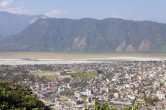 Opinião da cidade de Phuntsholing e de Jaigaon Fotos de Stock Royalty Free