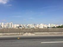 Opinião da cidade de uma estrada Imagem de Stock