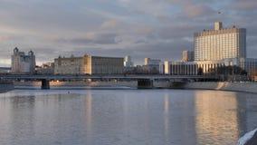 Opinião da cidade do centro de Rússia Moscou no rio, na ponte e nas construções da escada diferente filme