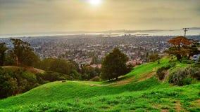 Opinião da cidade do pico do urso em Berkeley Hills em Berkeley, em Oakland e em San Francisco no por do sol foto de stock royalty free