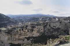 Opinião da cidade em Cappadocia com as casas velhas nas rochas foto de stock royalty free