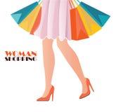 Opinião da cintura-para baixo de sapatas vestindo do salto alto da mulher da compra Imagem de Stock Royalty Free