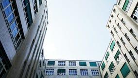 Opinião da construção e do céu do negócio da terra Fotografia de Stock