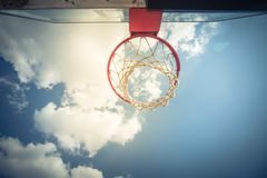 A opinião da consulta da borda da aro de basquetebol e o encosto nublam-se o céu azul Fotos de Stock