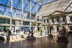 A opinião da corte de Charles Engelhard com lotes dos visitantes no museu de arte metropolitano imagem de stock