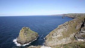 Opinião da costa de Cornualha para Boscastle do mar e do céu azuis bonitos de Tintagel filme