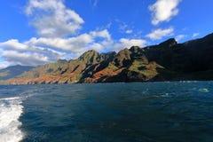 Opinião da costa do Na Pali de um barco fotos de stock royalty free