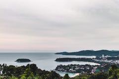 Opinião da costa da ilha de Phuket de Kata Viewpoint, Tailândia foto de stock