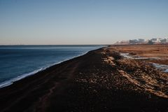 Opinião da costa sobre Reynisfjara, Islândia Fotos de Stock