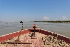 Opinião da curva do barco do Irrawaddy foto de stock royalty free